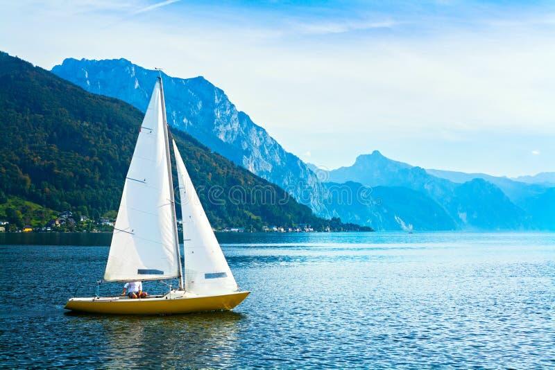 Barca a vela sul lago Traunsee, Austria immagini stock