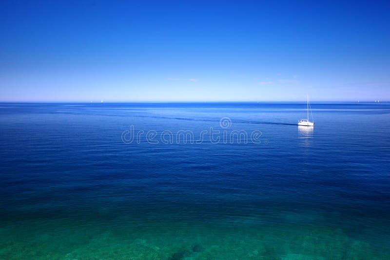 Barca a vela sul mare immagine stock