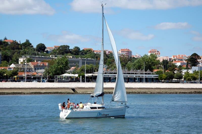 Barca a vela sul Tago a Lisbona fotografia stock