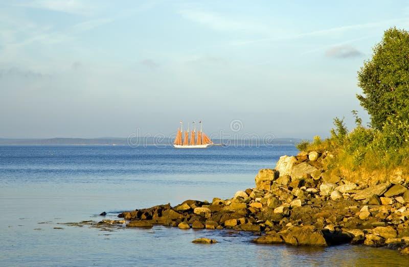 Barca a vela sulla baia immagini stock