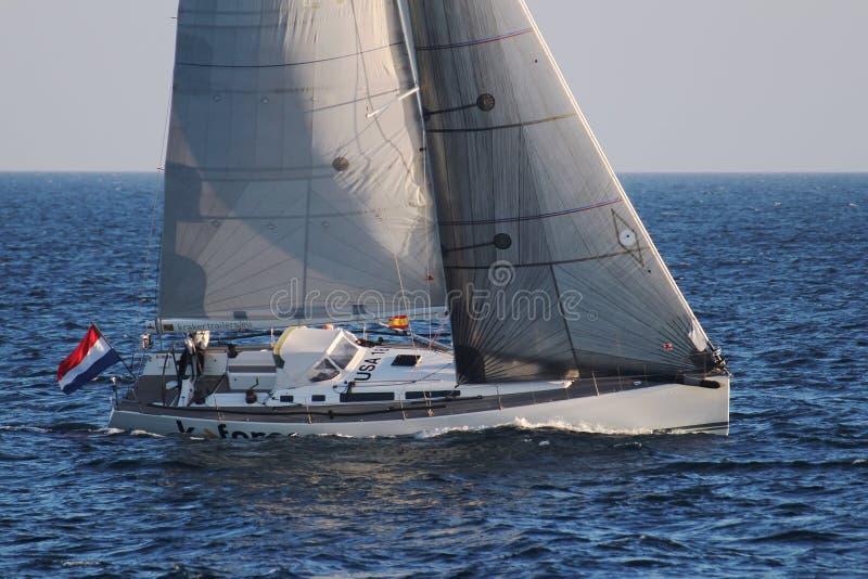 Barca a vela U.S.A. 18 della corvetta che naviga in open water immagine stock libera da diritti