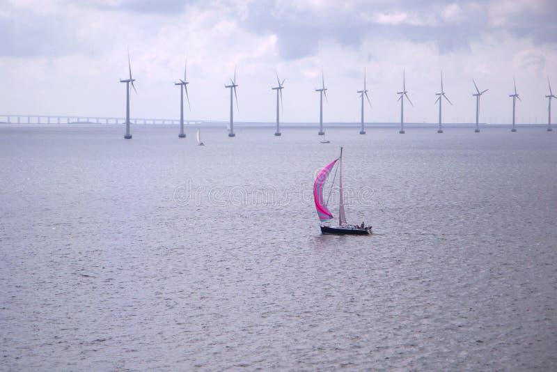 Barca a vela in un mare Mulini a vento nel mare Navigazione dell'yacht in Oc immagini stock libere da diritti