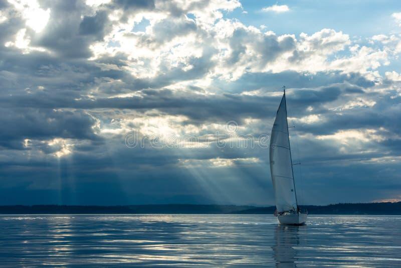 Barca a vela un tramonto fotografia stock libera da diritti