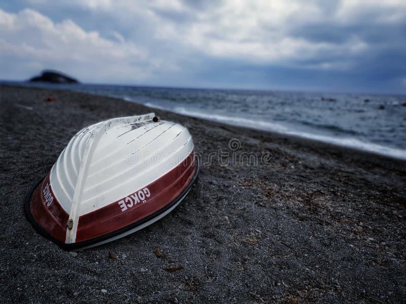 Barca vicino al mare fotografie stock libere da diritti