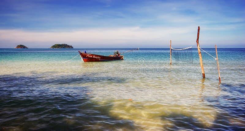 Barca vicino alla spiaggia fotografia stock libera da diritti