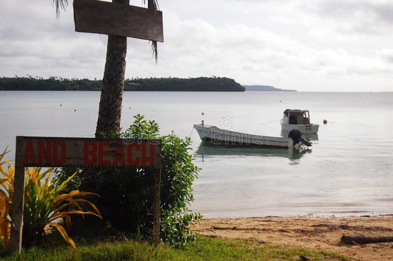 Barca vicino alla spiaggia con la targhetta del legname fotografia stock