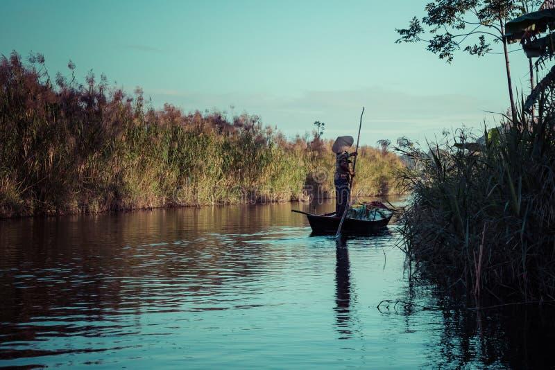 Barca vietnamita sul fiume Tam Coc, Ninh Binh, Paesaggio e destinazioni di viaggio del Vietnam fotografia stock