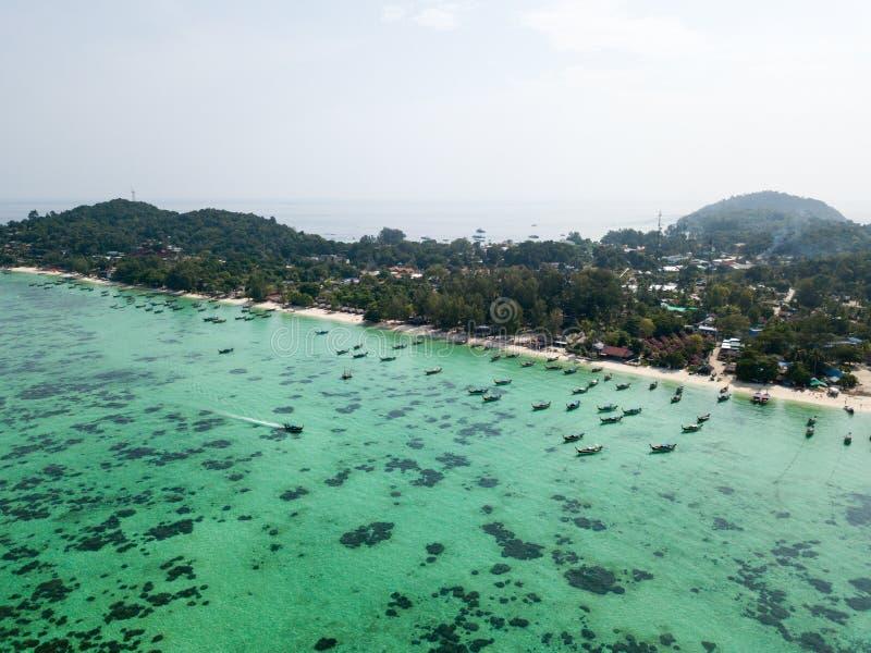 Barcacce sul mare delle Andamane della spiaggia di Koh Lipe, immagine stock