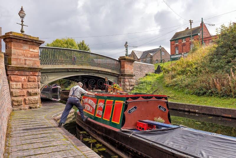 Barcaiolo che manovra un Narrowboat, Dudley, West Midlands immagine stock libera da diritti