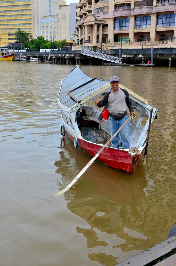 Barcaiolo sul taxi del traghetto della barca per il fiume Kuching Malesia orientale di Sarawak immagine stock