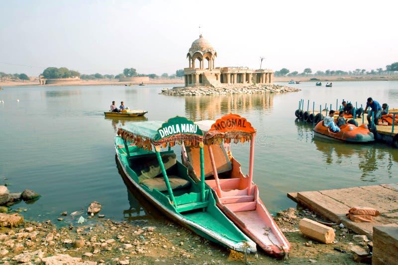 Barcas coloridas en el río con los turistas relajantes en Rajasthán imagen de archivo libre de regalías