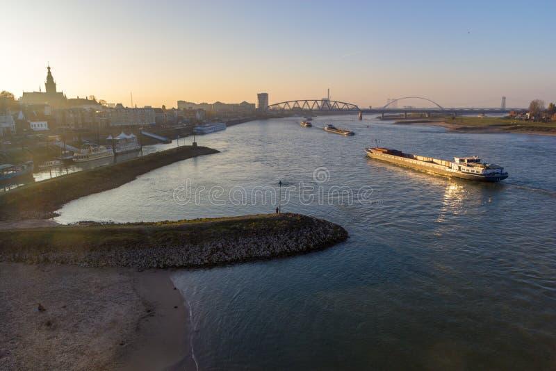Barcas do rio da carga que passam perto de Nijmegen durante a época de baixos níveis do rio fotografia de stock royalty free