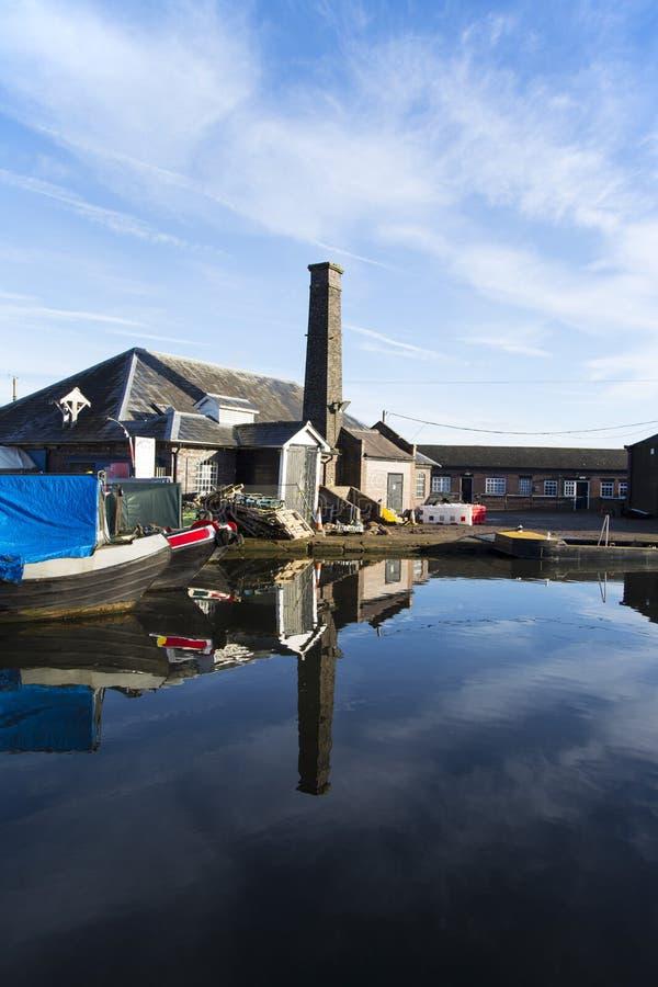 Barcas e construções do canal na junção de Norbury em Shropshire, Reino Unido foto de stock