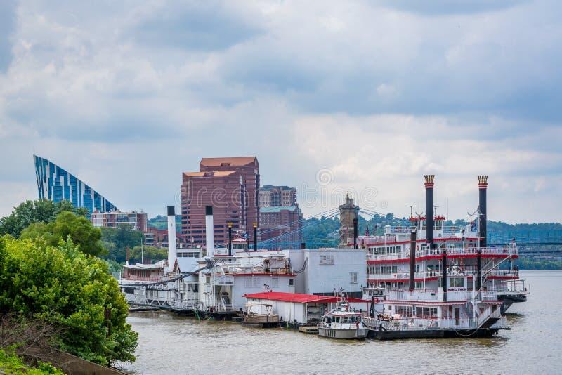 Barcas en el río Ohio en Newport, Kentucky foto de archivo