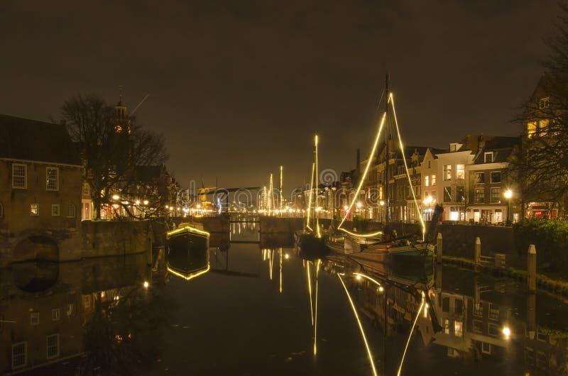Barcas iluminadas dentro um canal holandês foto de stock