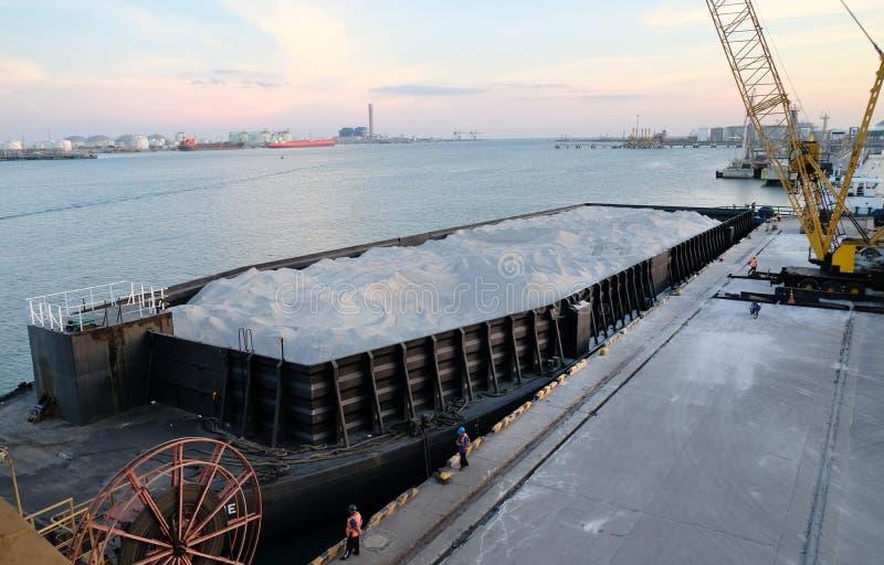 Barcas que esperam o granito da poeira da descarga no molhe fotografia de stock