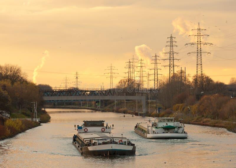Barcas que exercem o canal da via navegável na área industrial fotografia de stock royalty free