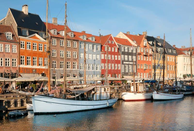 Barcas, yates y área histórica de Nyhavn con los restaurantes al aire libre de la capital danesa fotografía de archivo libre de regalías