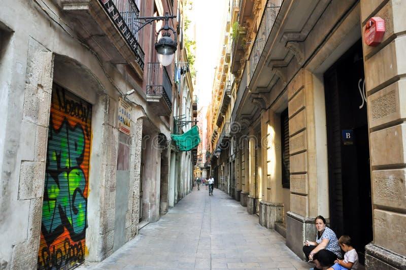 BARCELLONA 13 AGOSTO: Via stretta nel quarto gotico di Barcellona. Il quarto gotico è il centro di vecchia città di Barcelo immagini stock