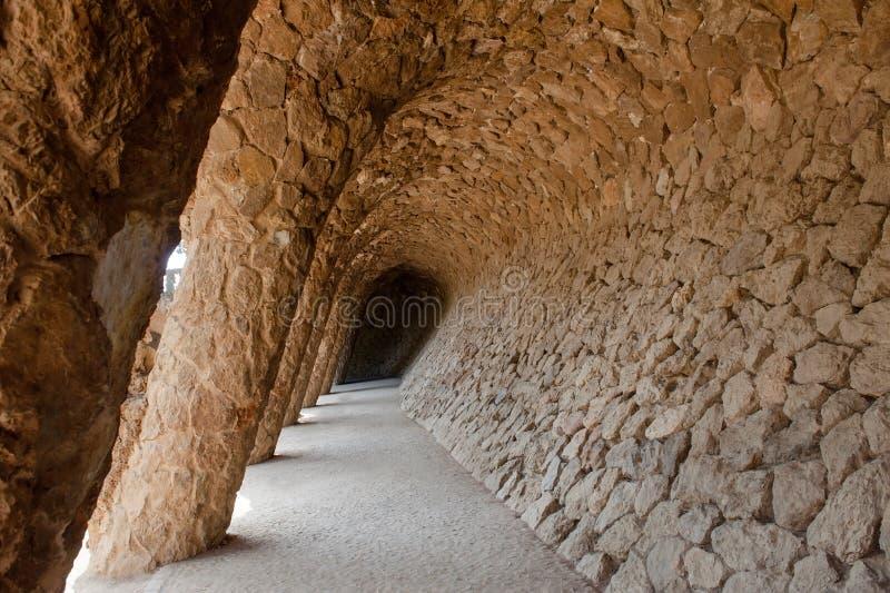 Barcellona, España - las columnas de piedra en el parque Guell, el arte de la ciudad diseñaron por Antoni Gaudi fotografía de archivo