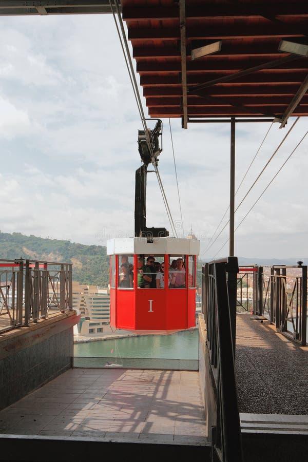 Barcellona, Spagna - 1° ottobre 2018: Cabina di funicolare e della stazione sulla torre di San Sebastiano immagine stock libera da diritti
