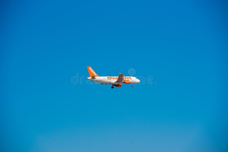 BARCELLONA, SPAGNA - 20 AGOSTO 2016: Aeroplano di Easyjet nel cielo Copi lo spazio per testo fotografia stock libera da diritti