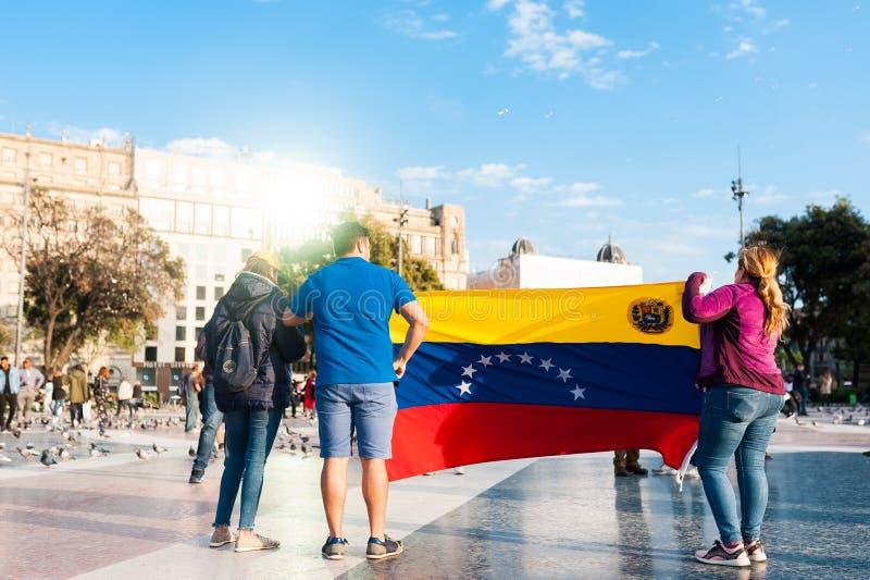 Barcellona, Spagna - 30 aprile 2019: i giovani venezuelans protestano dentro fotografie stock
