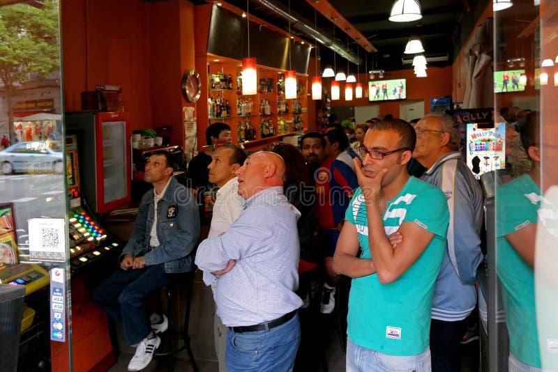 Barcellona, Spagna - 17 maggio 2014: Il FC Barcelona smazza guardare una partita di calcio in una barra di sport fotografia stock libera da diritti