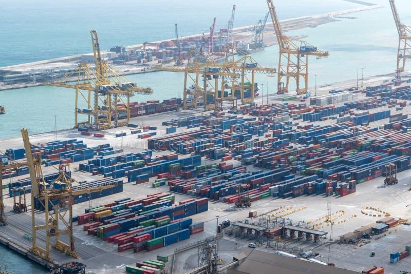 BARCELLONA, SPAGNA - 12 marzo 2019: Navi da carico con le gru funzionanti al porto Fondo del trasporto e di logistica fotografia stock