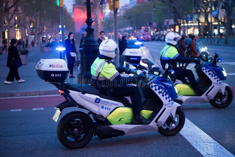 Barcellona, Spagna - 30 marzo 2016: polizia stradale sui motocicli sulla strada trasversale nella sera Polizia della pattuglia su immagini stock