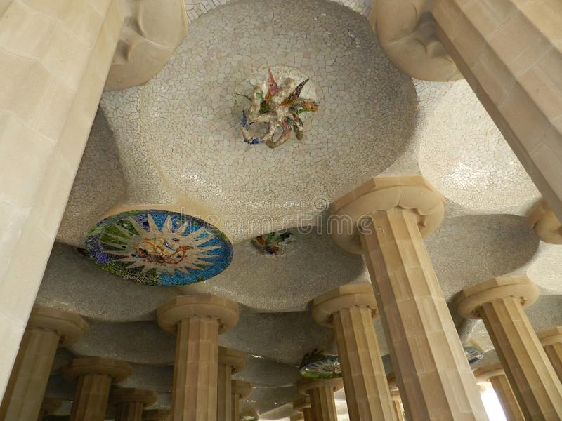 barcelona Испания Детали, столбцы и украшение Guell парка стоковые изображения rf