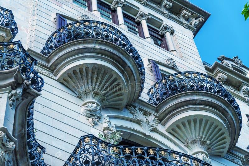 Barcelona arkitektur och balkonger i den Passeig de Gracia gatan fotografering för bildbyråer