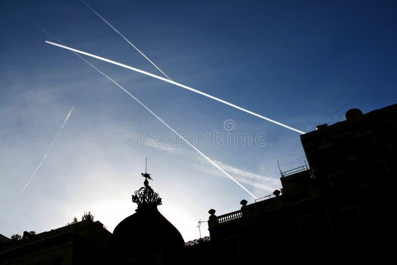 Barcelona, Catalonië, Spanje - witte strepen van vliegtuig, Antoni Rocamora-de bouw, Gaudi DE stock foto