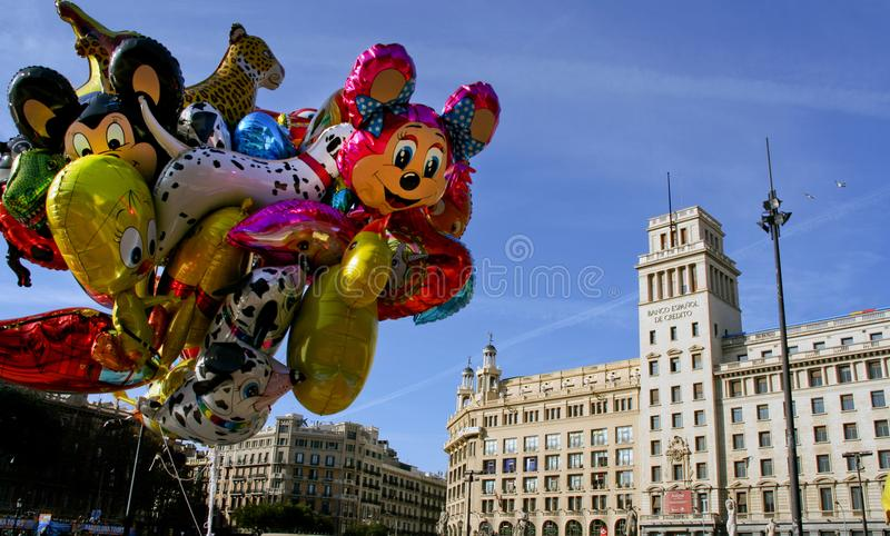 Barcelona Catalonia, Spanien - Ballons i Placaen de Catalunya fotografering för bildbyråer