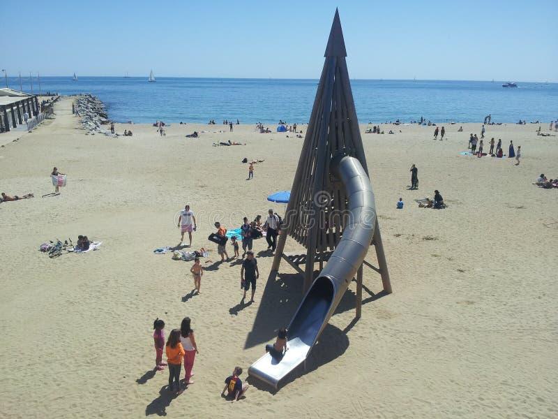 Barcelona-childrem, das auf dem Strand spielt lizenzfreies stockfoto