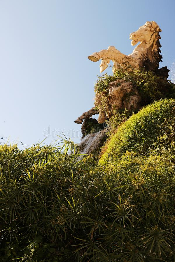 barcelona ciutadellapark En springbrunn med skulptur som fördjupas i ett papyrusansvar royaltyfri bild