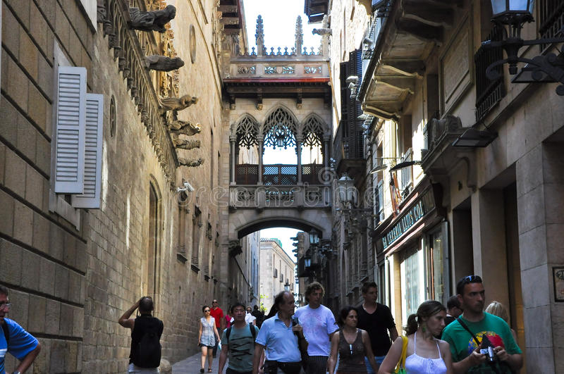 BARCELONA 22 DE JULIO: Carrer del Bisbe Irurita en el cuarto gótico el 22 de julio de 2012 en Barcelona. Cataluña. España. fotografía de archivo