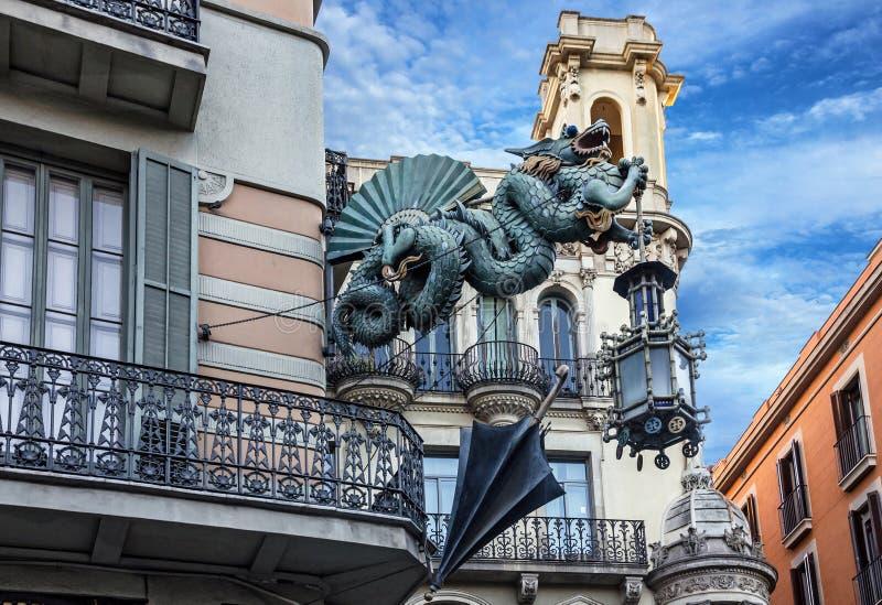 Barcelona Dragão chinês na casa dos guarda-chuvas, Espanha imagens de stock royalty free