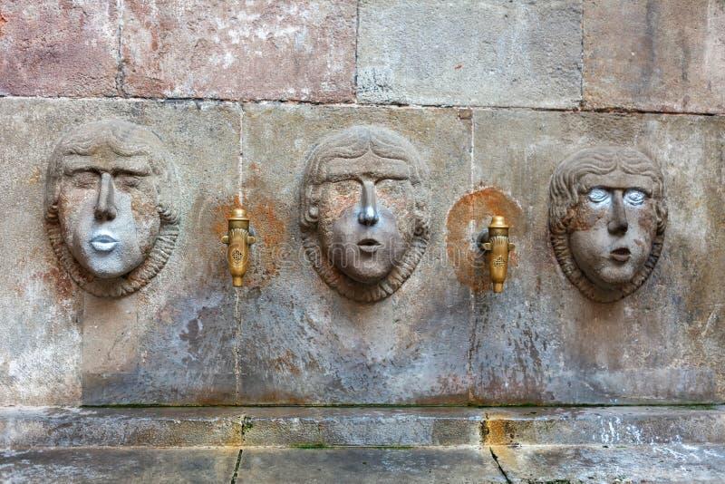 Barcelona, España - 17 de abril de 2016: La fuente Fivaller situado en Placa minúsculo Sant apenas en el cuarto gótico, adornado  imagenes de archivo
