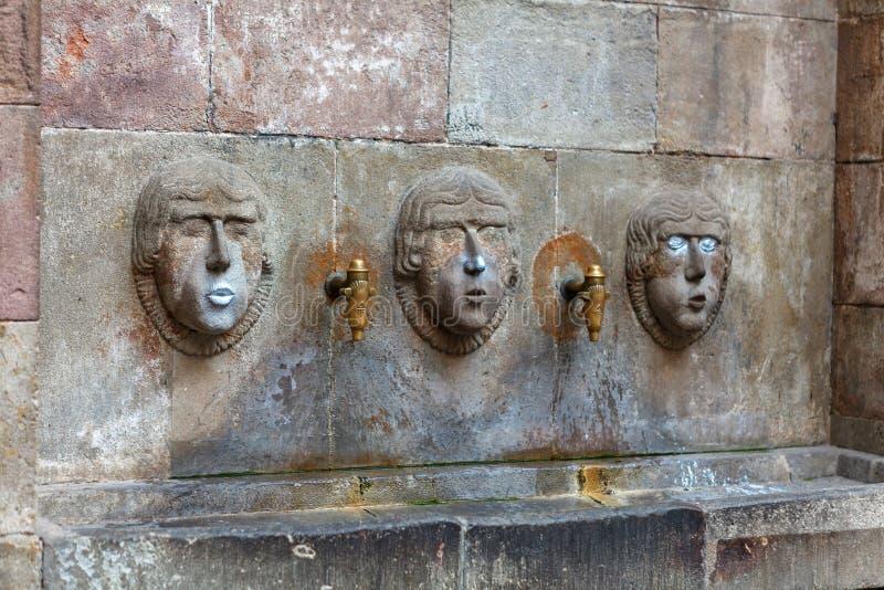 Barcelona, España - 17 de abril de 2016: La fuente Fivaller situado en Placa minúsculo Sant apenas en el cuarto gótico, adornado  imagen de archivo libre de regalías