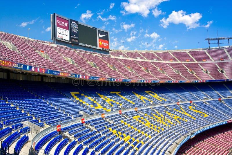 Barcelona, España - 13 de julio de 2016: Interior de Camp Nou del estadio de fútbol con el campo y los soportes de hierba El esta imagen de archivo libre de regalías