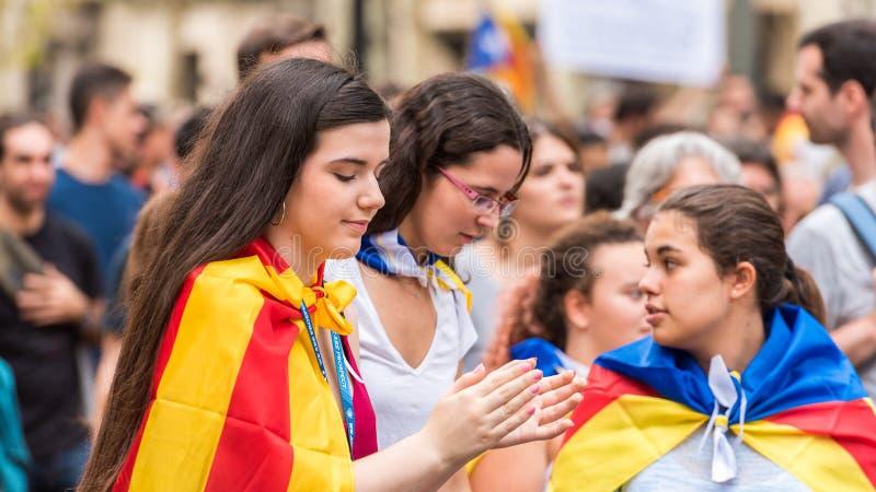 BARCELONA, ESPAÑA - 3 DE OCTUBRE DE 2017: Chicas jóvenes en una demostración en Barcelona Primer foto de archivo libre de regalías