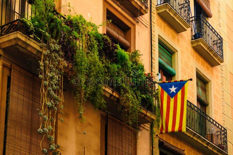 Barcelona, España 5 de septiembre: La bandera catalana cuelga para arriba en el balcón fotografía de archivo