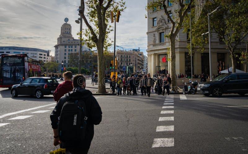 Barcelona, España, diciembre de 2018 Apple Store con el logotipo dio vuelta rojo, localizado en la plaza Catalunya con imagen de archivo