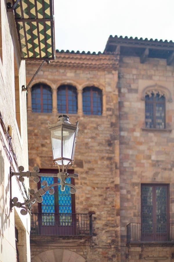 Barcelona, España, distrito de Barrigotic - una lámpara y un edificio gótico imágenes de archivo libres de regalías