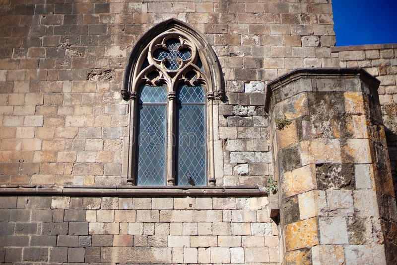 Barcelona, España, distrito viejo de Barri Gotic de la ciudad - fachada de un edificio gótico fotos de archivo libres de regalías