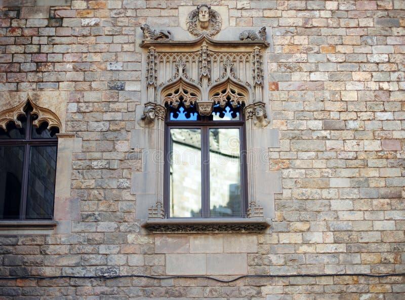 Barcelona, España, distrito viejo de Barri Gotic de la ciudad - fachada de un edificio gótico imagen de archivo