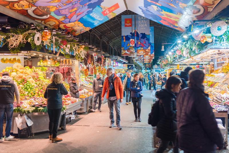 Barcelona, España 12 14 editorial 2017 de las paradas del mercado y gente en Mercat de la Boqueria imagen de archivo libre de regalías