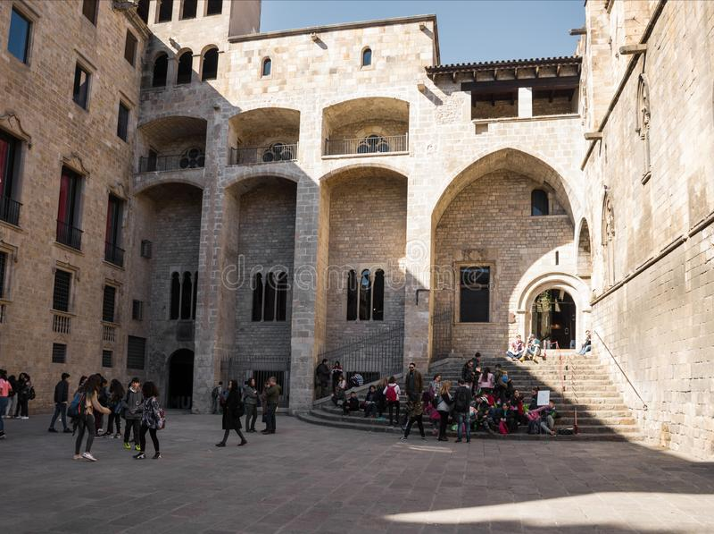 BARCELONA, ESPAÑA - FEBRERO, 22 2019: Palau medieval Reial Royal Palace en el cuadrado de Rei King del de Placa, en el corazón  fotografía de archivo libre de regalías