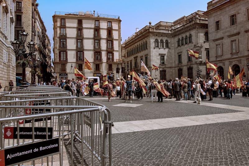 Barcelona, España - mayo, 27 2018: Catalanes que agitan las banderas de Estelada durante la marcha para la independencia que prot fotografía de archivo